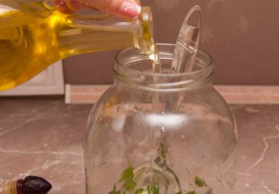 наливаю растительное масло в банку с домашним маринадом шампиньонов