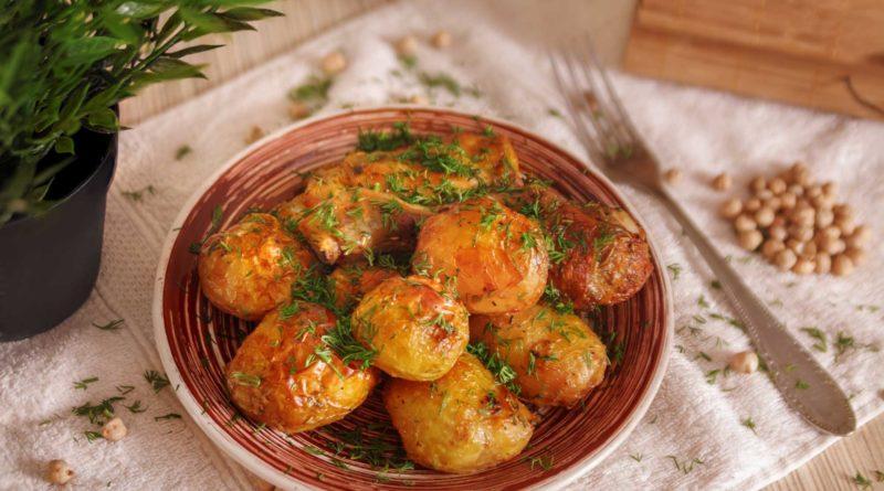 простой рецепт приготовления молодого картофеля с курицей, запеченные в рукаве