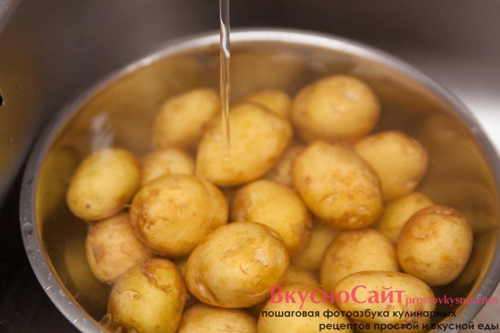 картофель замачиваю в воде на 15-20 минут, а после этого чищу от кожуры