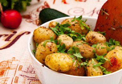ароматный молодой картофель готов