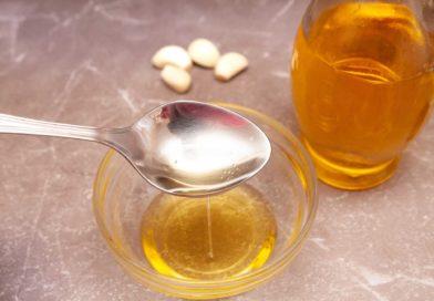 в отдельную емкость наливаю оливковое масло для соуса