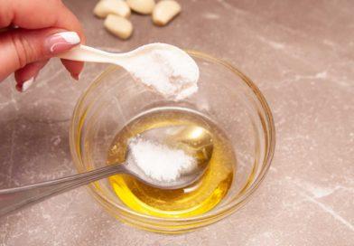 добавляю к оливковому маслу соль