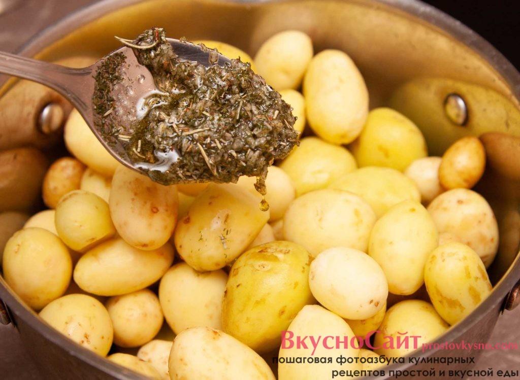 добавляю чесночный соус до картофеля и равномерно распределяю соус по картошке