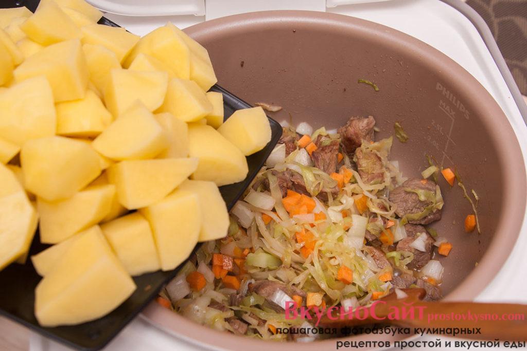 картофель перекладываю в чашу мультиварку