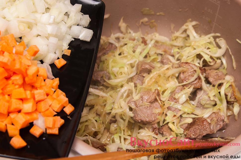 сразу после капусты добавляю лук и морковь