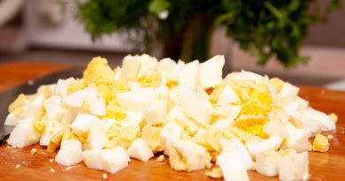 очищенные яйца для окрошки со сметаной измельчаю