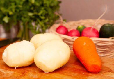Снимаю кожуру с остывших клубнев картофеля и моркови