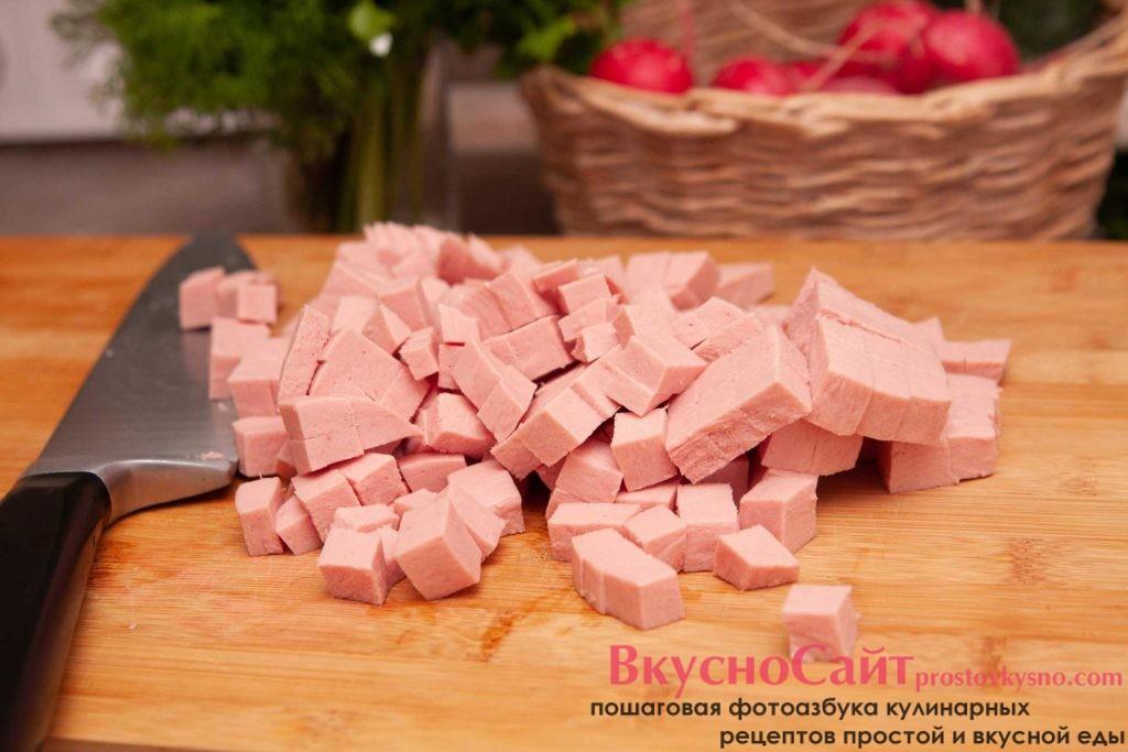 нарезаю кубиком колбасу, для окрошки