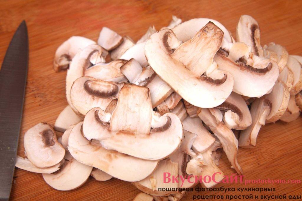 нарезаю грибы тонкими пластинками