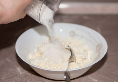 добавляю сахар к творогу, и всё хорошо перемешиваю