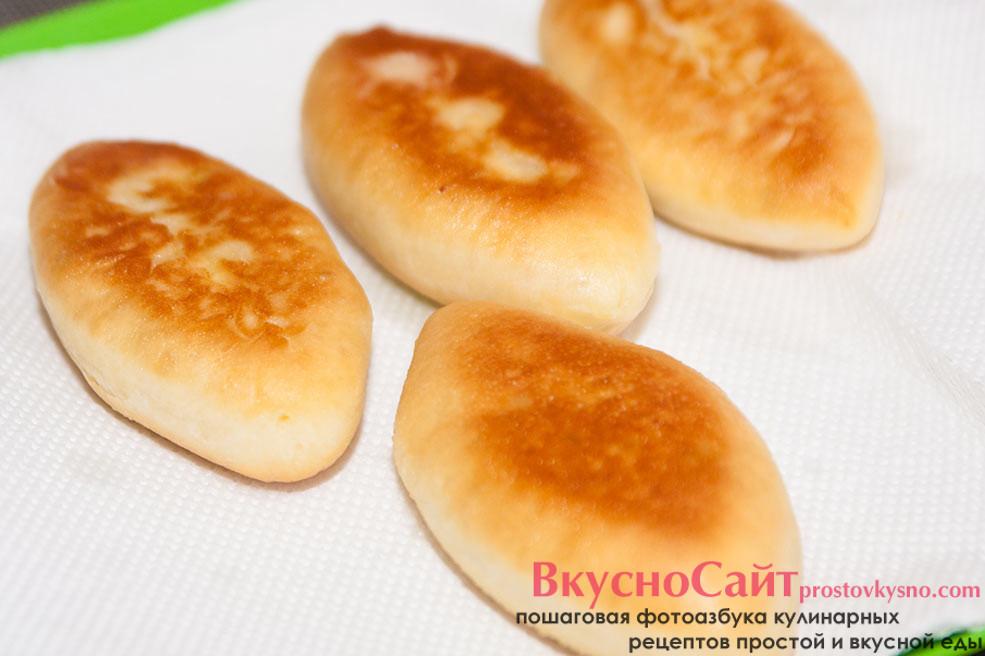 готовые жареные пирожки с яйцом выкладываю сначала на бумажные полотенца, чтобы весь лишний жир впитали полотенца