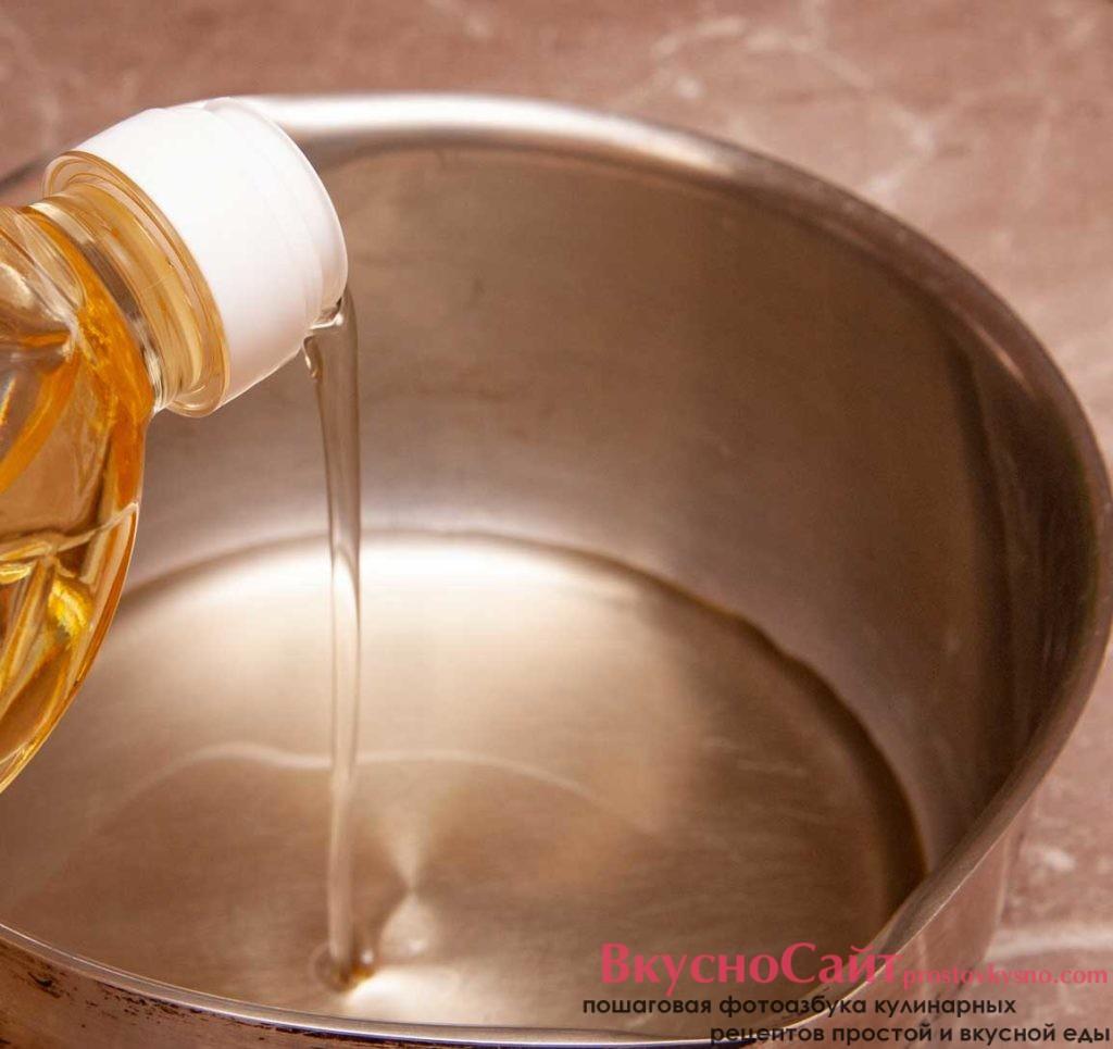 в сотейник наливаю растительное масло для обжарки наггетсов