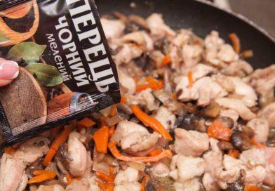 добавляю к овощам и мясу специи: черный молотый перец и сушеный имбирь