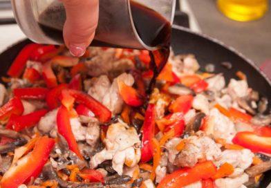 также выливаю в сковороду соевый соус, солить рисовую лапшу с курицей и овощами лучше в самом конце приготовления и очень аккуратно, так как соевый соус сам по себе довольно соленый