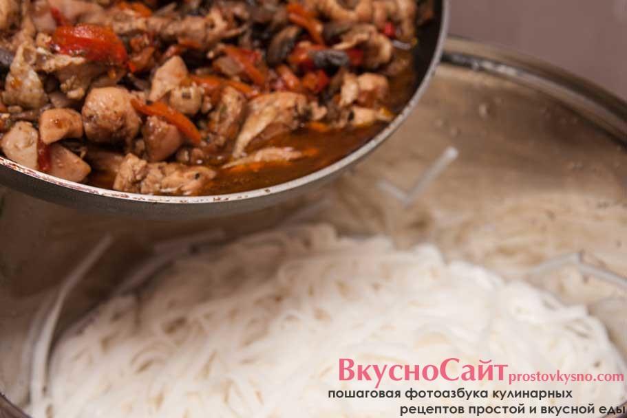 всю лишнюю воду с рисовой лапши необходимо слить, после чего соединить с мясом и овощами