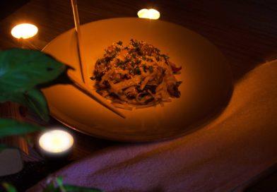 вкусно, сытно и очень быстро готовиться рисовая лапша с курицей и овощами