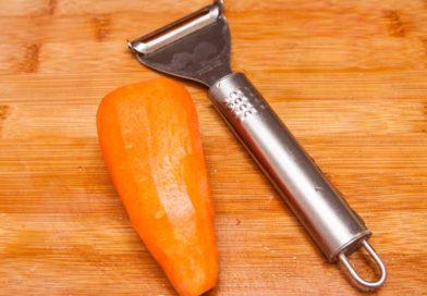 ножом для чистки овощей снимаю шкурку с моркови