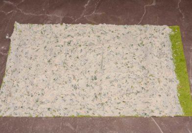 распределяю творожную массу по всей поверхности лаваша тонким слоем