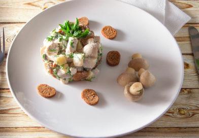 простой и очень быстрый салат пикантный с сухариками