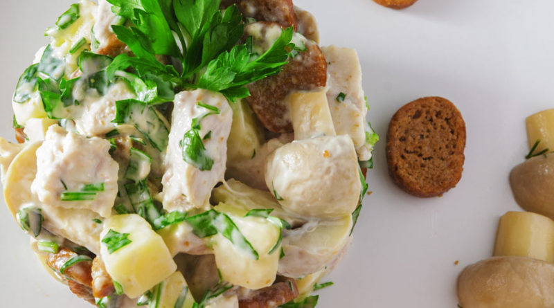 Салат Пикантный с сулугуни, сухариками и курицей от Челентано