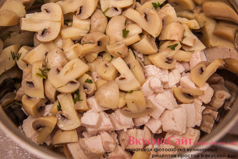 грибы добавляю до куриного филе