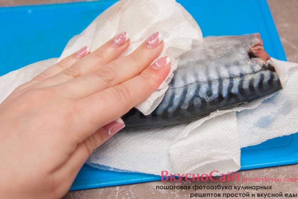промываю тушку чистой водой и вытираю ее бумажными полотенцами