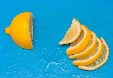 лимон нарезаю полукольцами