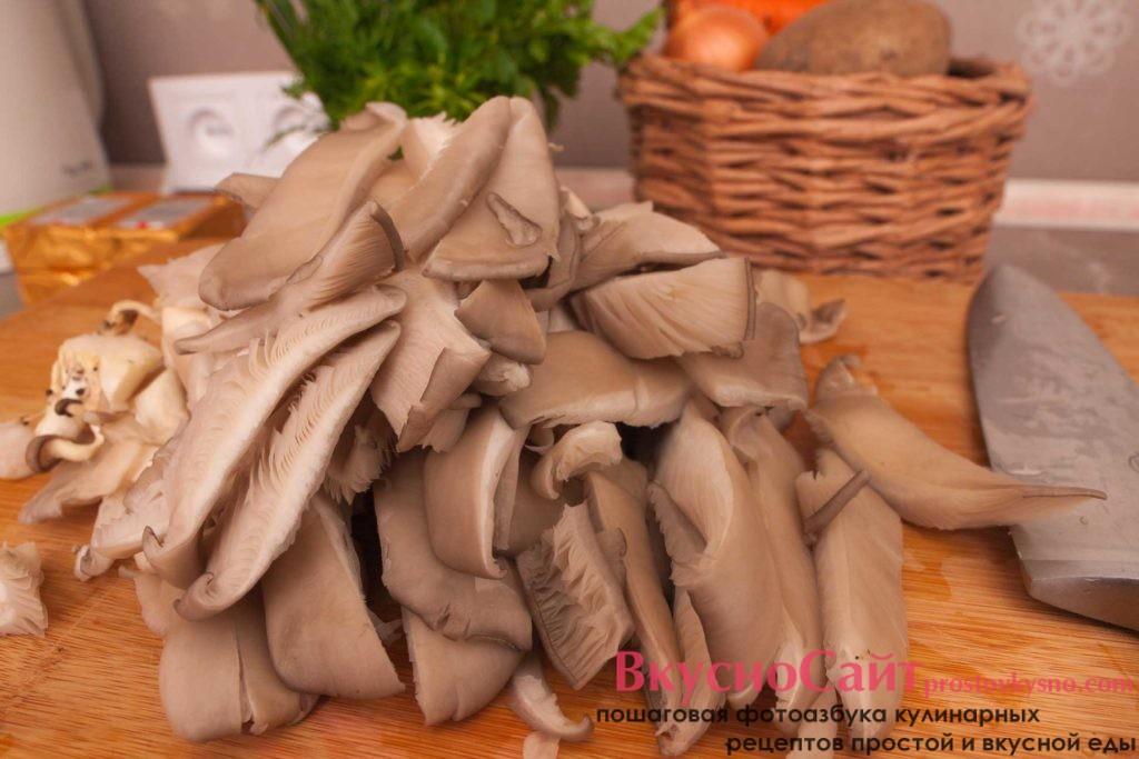довольно крупно, полосочками нарезаю грибы