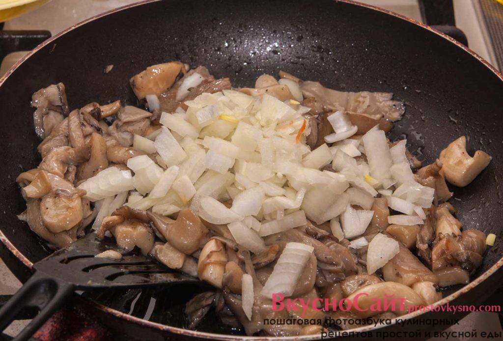до жареных грибов добавляю лук