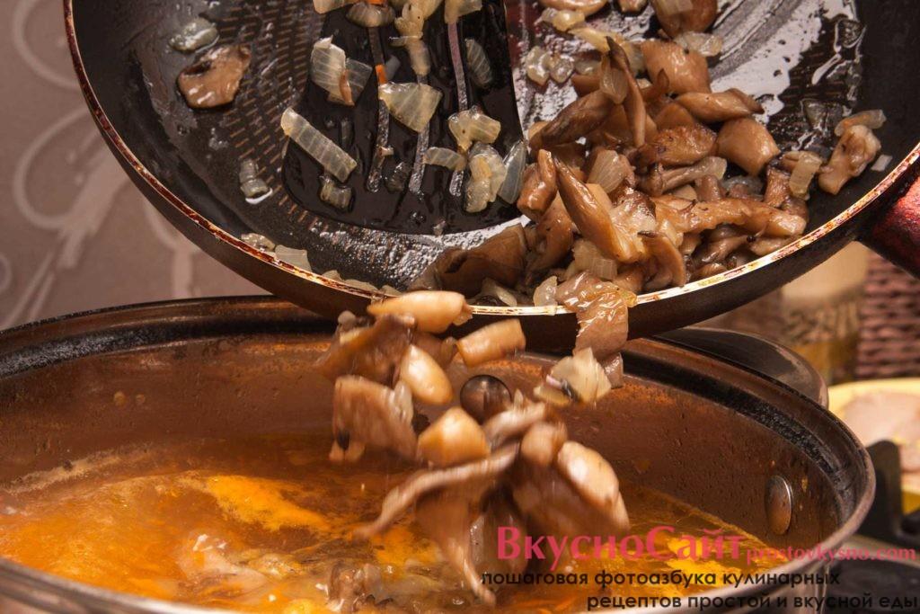 Грибы с луком и мясо отправляю в кастрюлю с супом