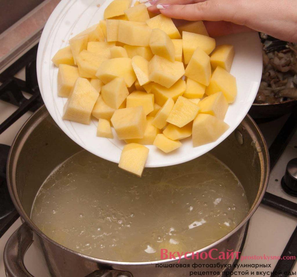 в бульон добавляю нарезанный картофель и натертую морковь