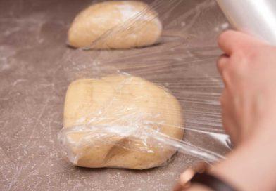 оборачиваю их в пленку и большой кусок теста ложу в холодильник, а маленький в морозильник