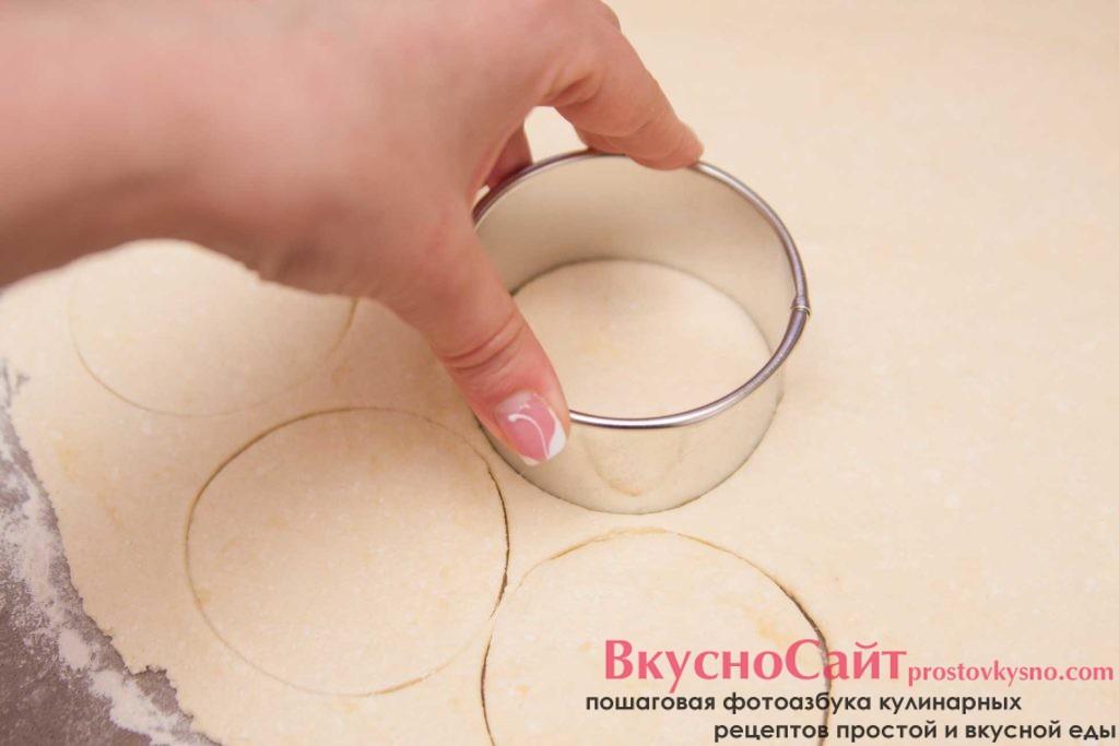 при помощи формовочного кольца выдавливаю кружочки, если у вас нет такого кольца воспользуйтесь стаканом