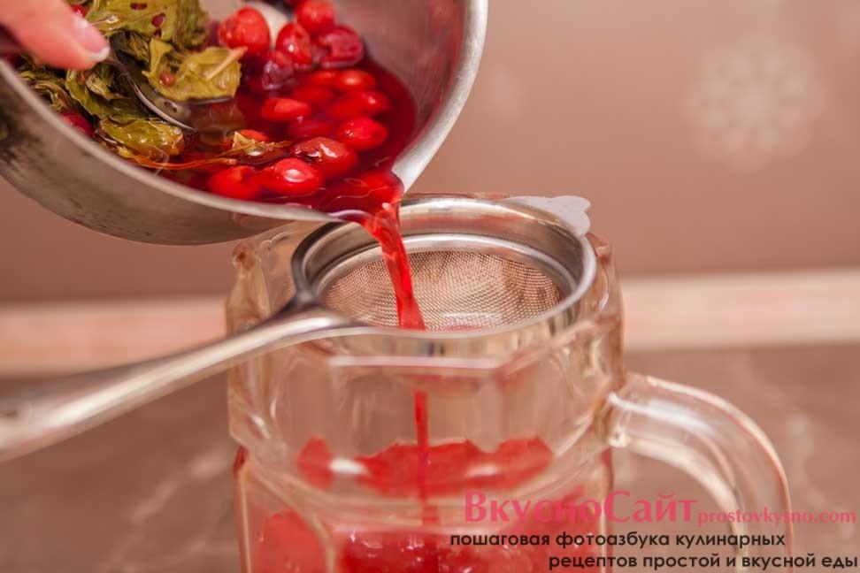 в кувшин с холодной кипяченой водой процеживаю вишневый сироп