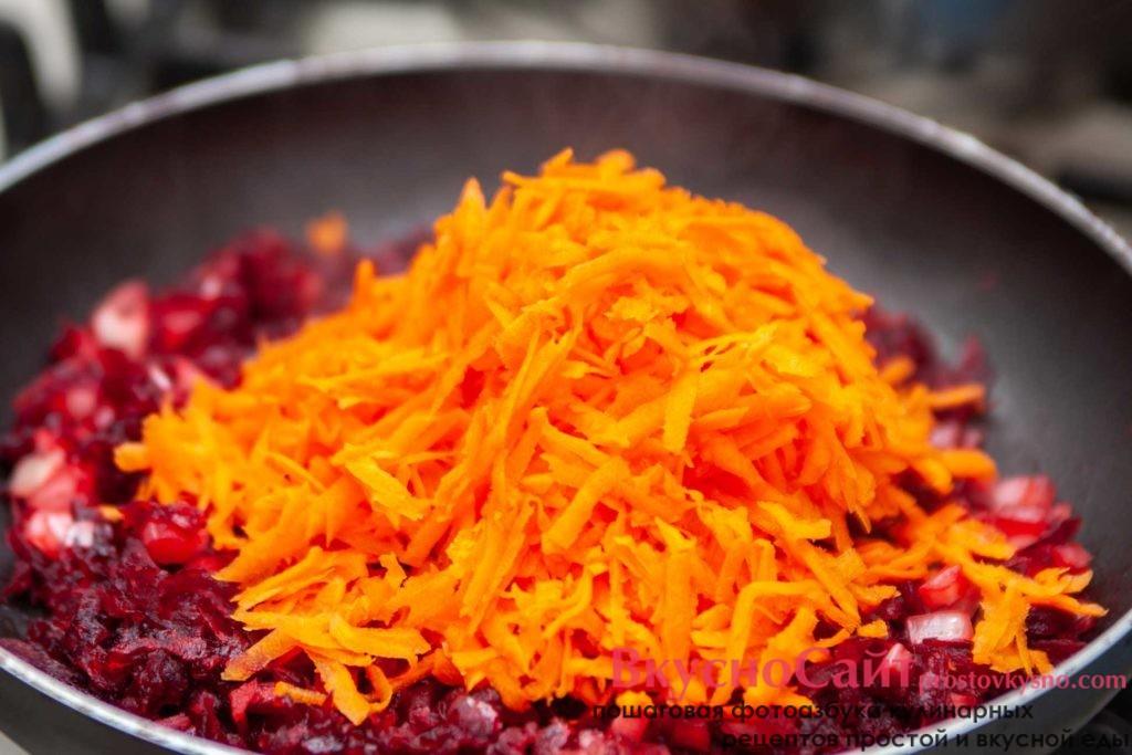 в пассеровку добавляю натертую морковь