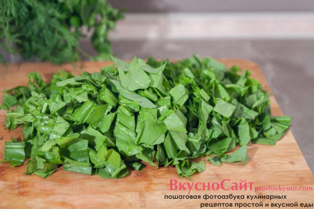соломкой нарезаю щавель для самого вкусного зелёного борща