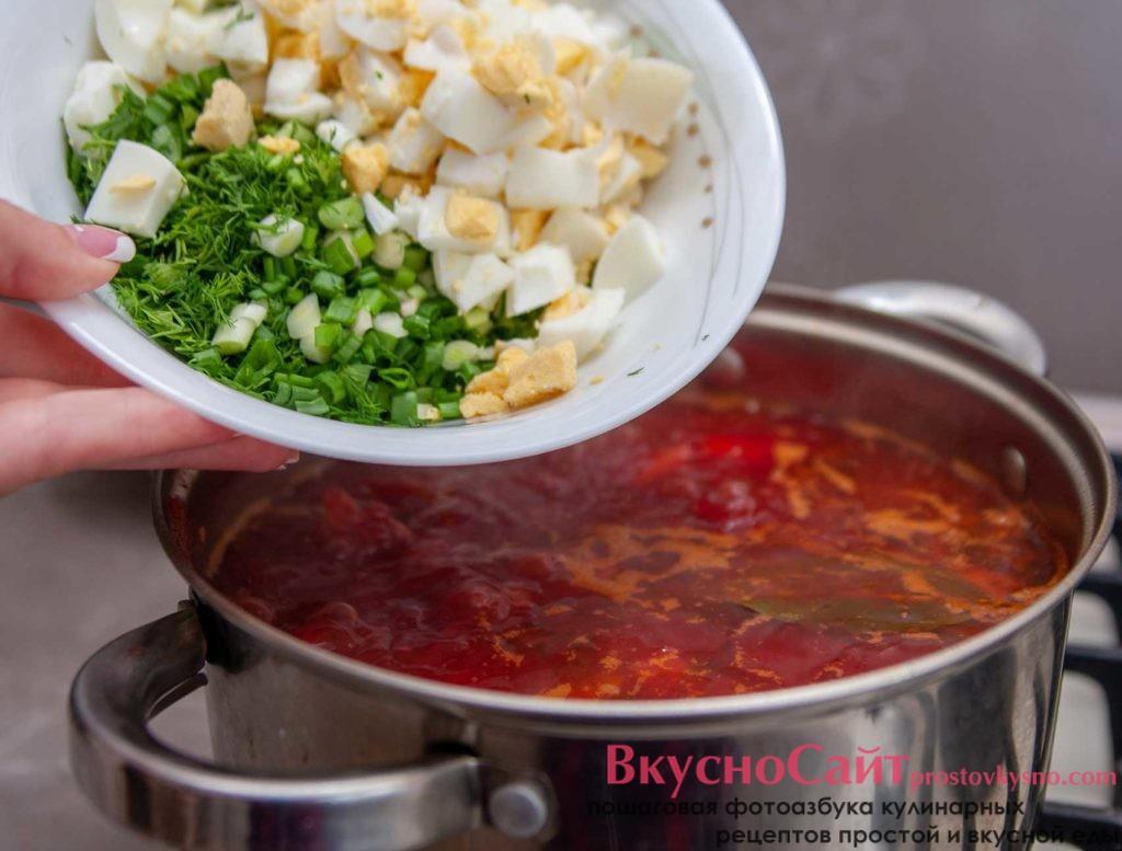 за три-пять минут до готовности зелёного борща с щавелем, необходимо положить всю ранее измельченную зелень и яйца