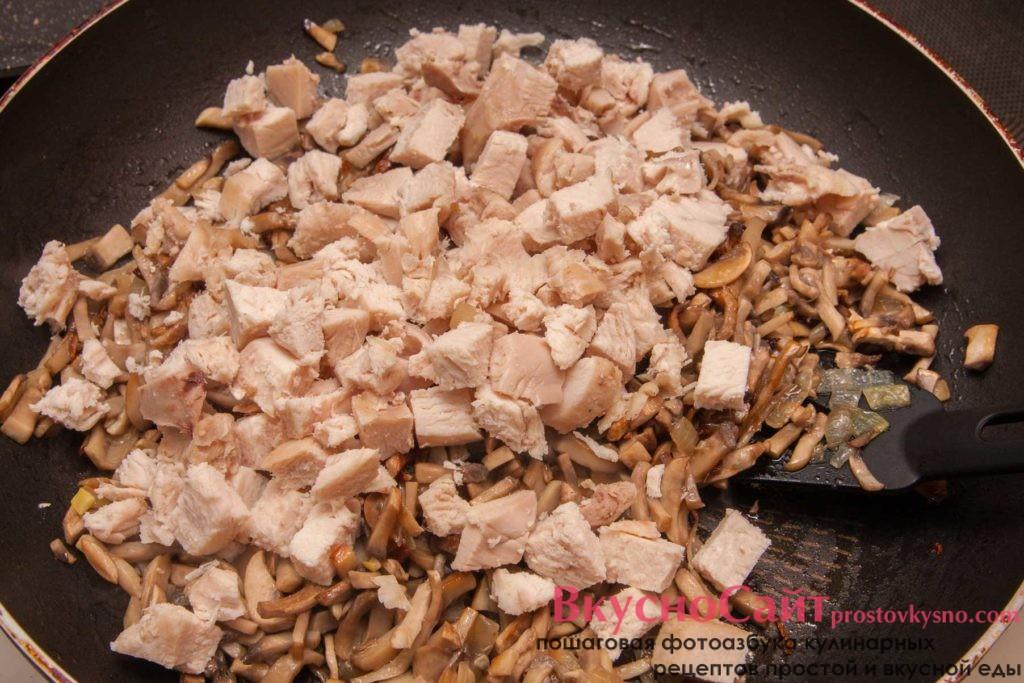добавляю филе к жареным грибам