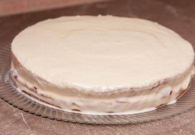достаю торт из холодильника и снимаю форму