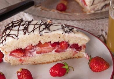 бисквитный торт с клубникой на тарелке
