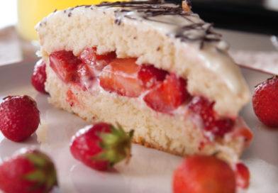 домашний бисквитный торт с клубникой