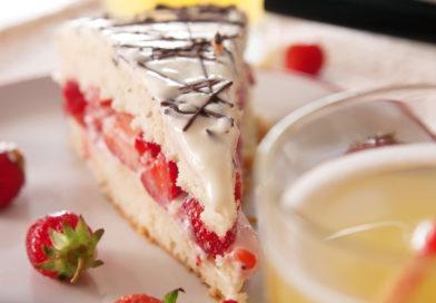 нежный и невероятно вкусный бисквитный торт с клубникой