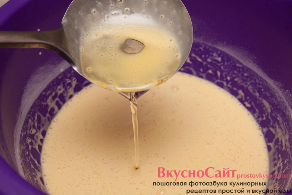 уже в жидкое тесто добавляю рафинированное масло без запаха