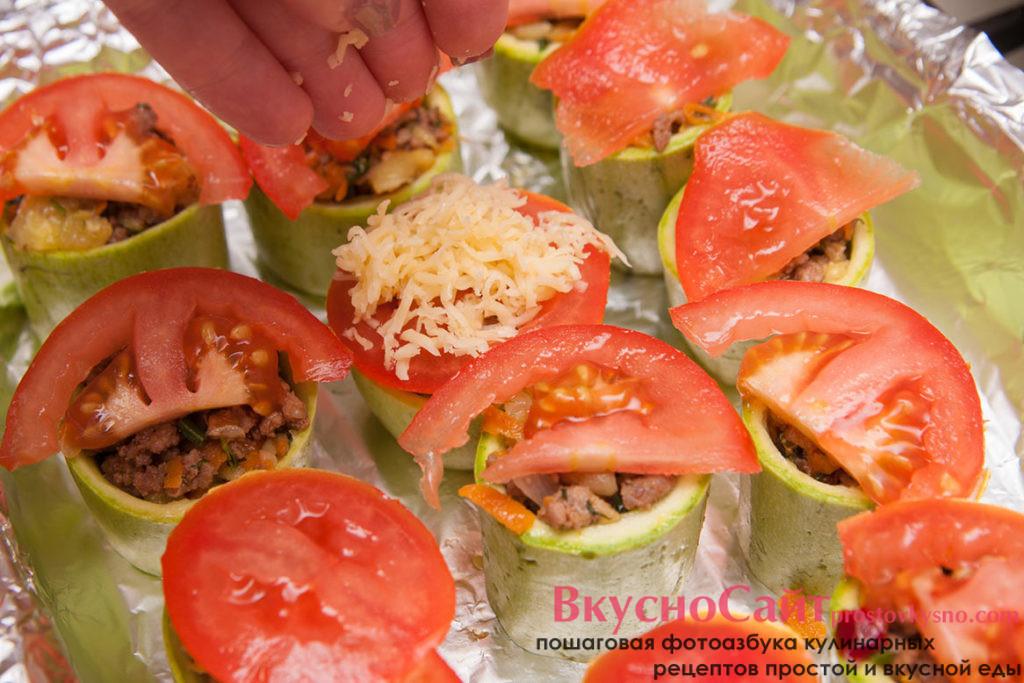 на каждый кабачок кладу по ломтику помидора
