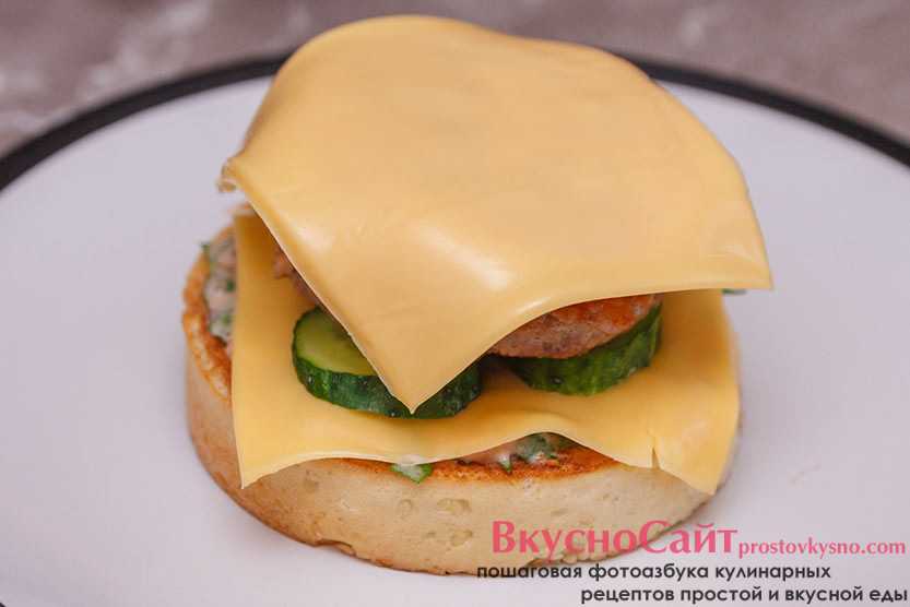 на помидор кладу кусочек плавленого сыра