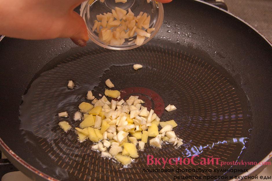 в разогретую сковороду добавляю чеснок и имбирь