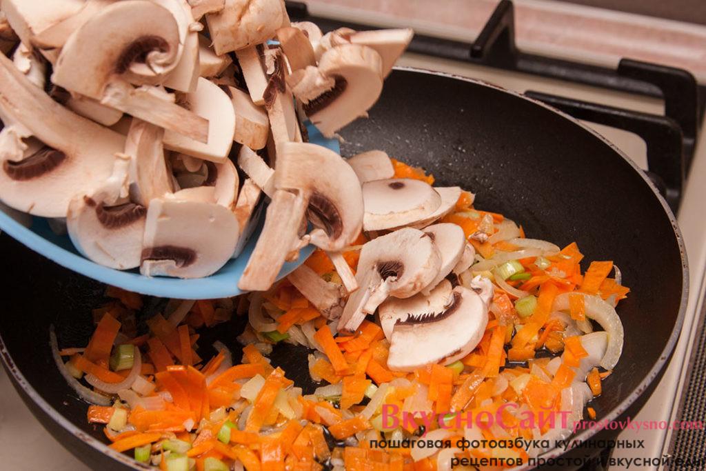 в сковородку к тушёным овощам добавляю шампиньоны