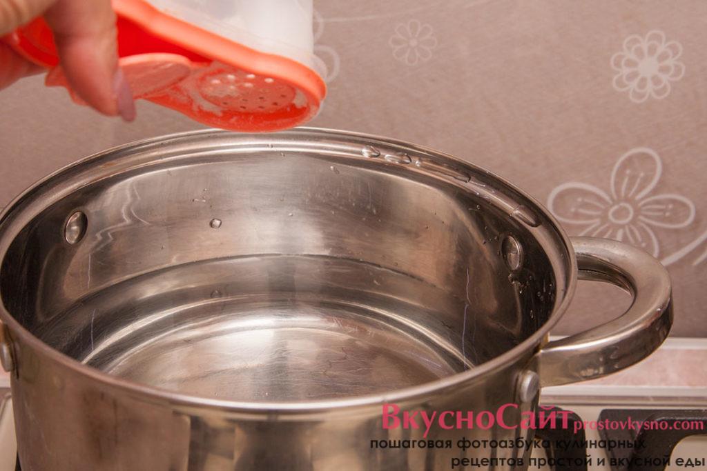 ставлю кастрюлю с водой на огонь, воду солю и добавляю оливковое масло