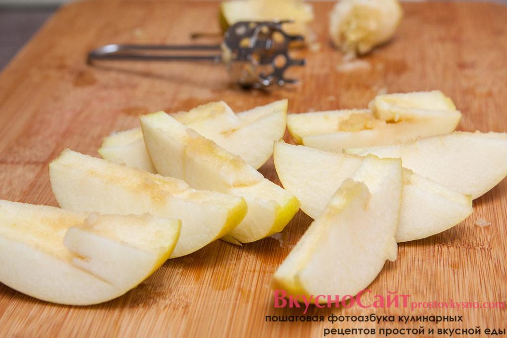 Яблоко чищу и нарезаю на небольшие дольки