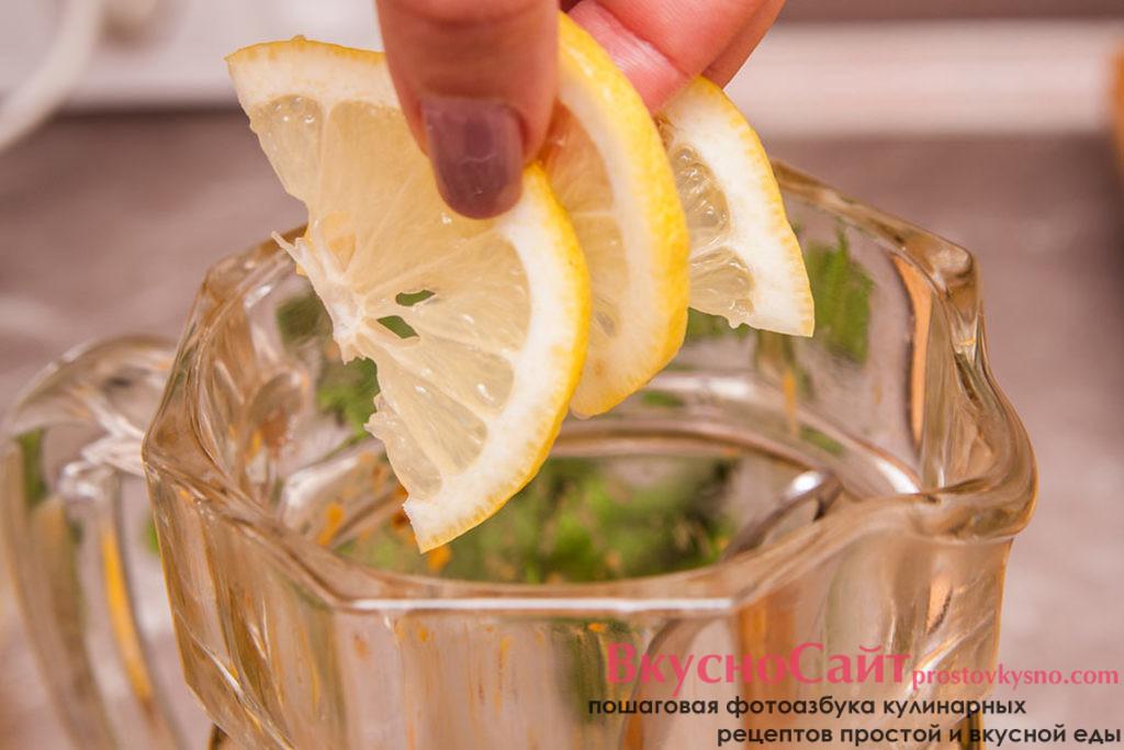 оставшуюся четвертинку нарезаю полукольцами и также добавляю в горячий лимонад